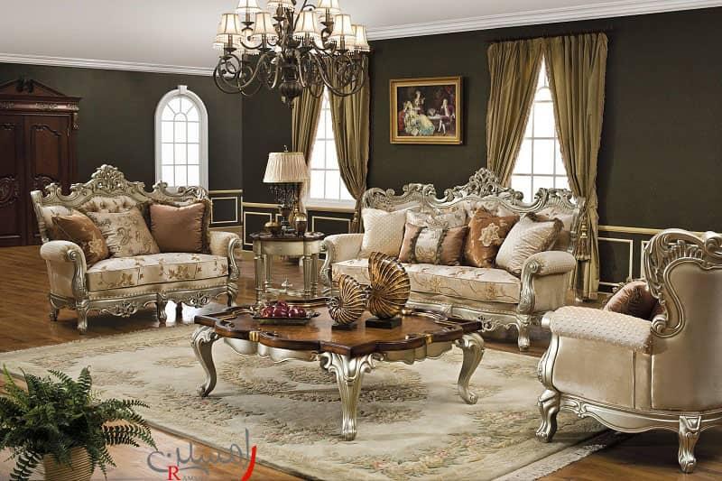 مبلمان کلاسیک رنگ کرم با لوستر کلاسیک و رنگ دیوار های تیره